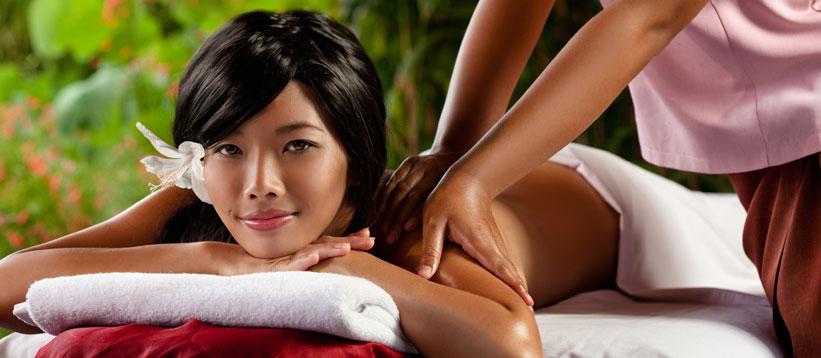 donna hawaina che effettua massaggio lomi lomi